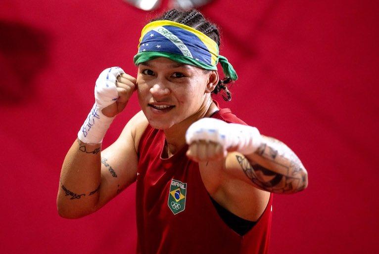Beatriz Ferreira comemorando prata olímpica - Miriam Jeske/COB