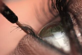 Dicas para usar maquiagem e lentes de contato