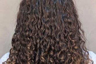 Conheça cabeleireiros para cachos pelo Brasil